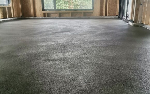 100mm POLYMER MODIFIED SAND & CEMENT FIBRE SCREED OVER UFH | KILCOCK